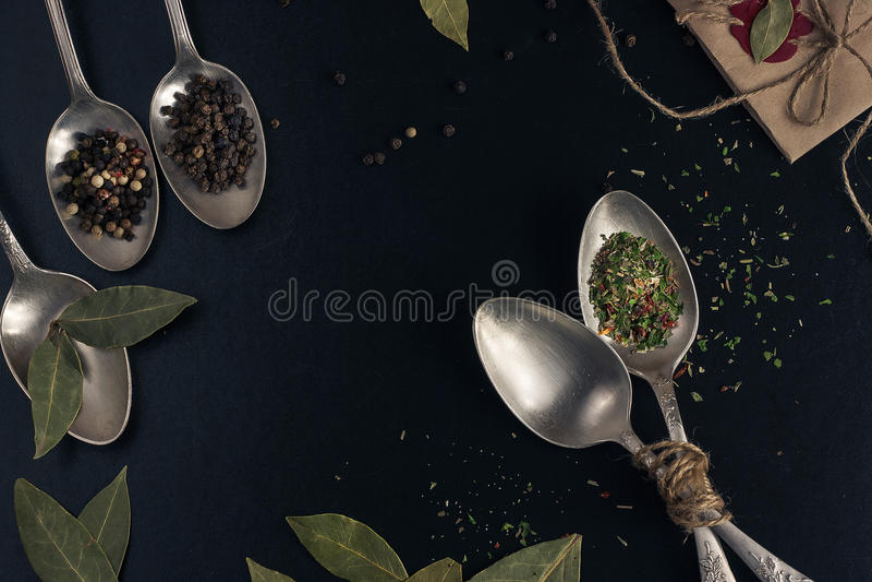 Πιπέρι σε ένα ασημένιο κουτάλι στοκ εικόνα με δικαίωμα ελεύθερης χρήσης