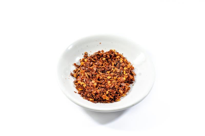 Πιπέρι του Cayenne και πιπέρι τσίλι στο κύπελλο στο άσπρο υπόβαθρο στοκ φωτογραφία