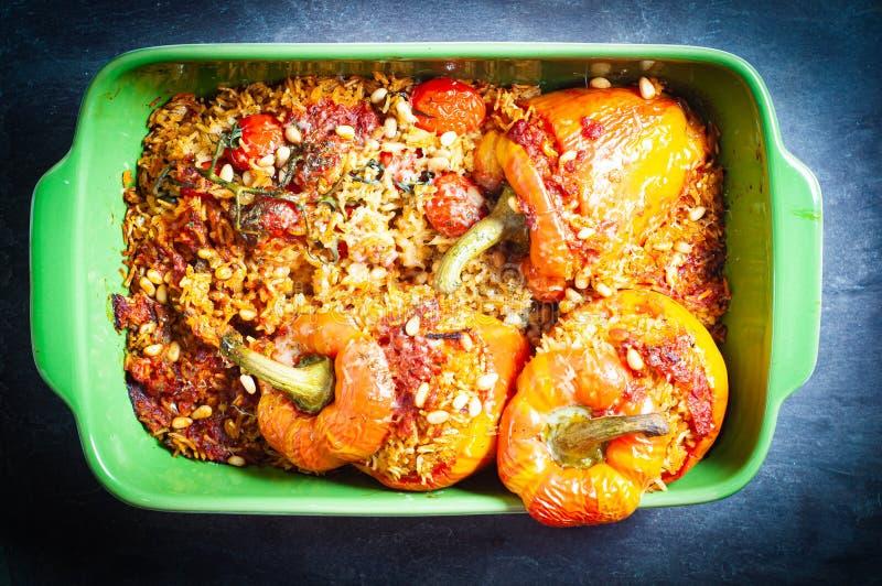 Πιπεριές με κουδουνάκι φλόγας γεμισμένες με πικάντικο, αρωματικό ρύζι και ψημένες στον φούρνο στοκ φωτογραφία