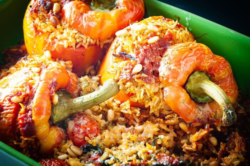 Πιπεριές με κουδουνάκι φλόγας γεμισμένες με πικάντικο, αρωματικό ρύζι και ψημένες στον φούρνο στοκ εικόνες