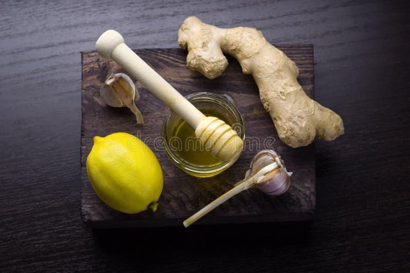 πιπερόριζα, λεμόνι, μέλι και σκόρδο στοκ εικόνες