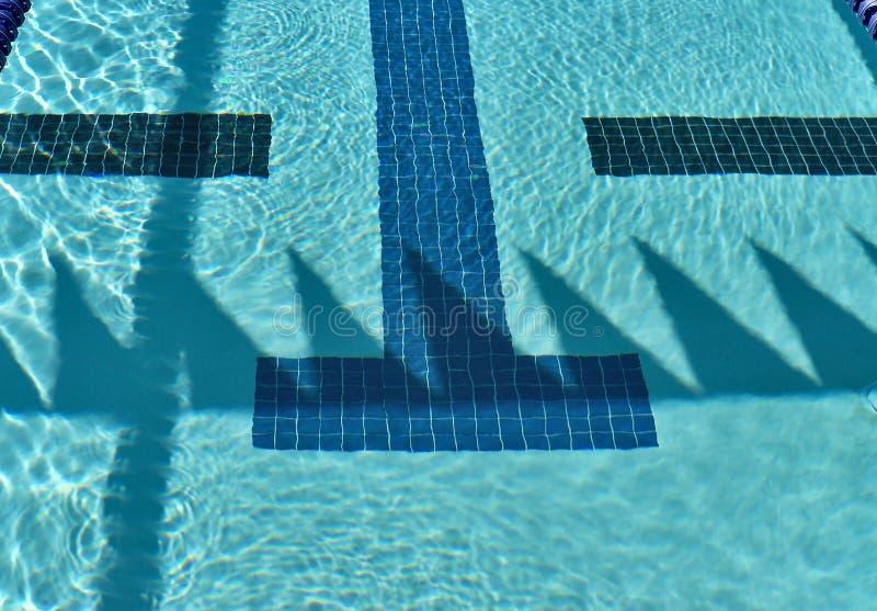 Πισίνα ανταγωνισμού με τις σκιές σημαιών ύπτιου στοκ εικόνα με δικαίωμα ελεύθερης χρήσης