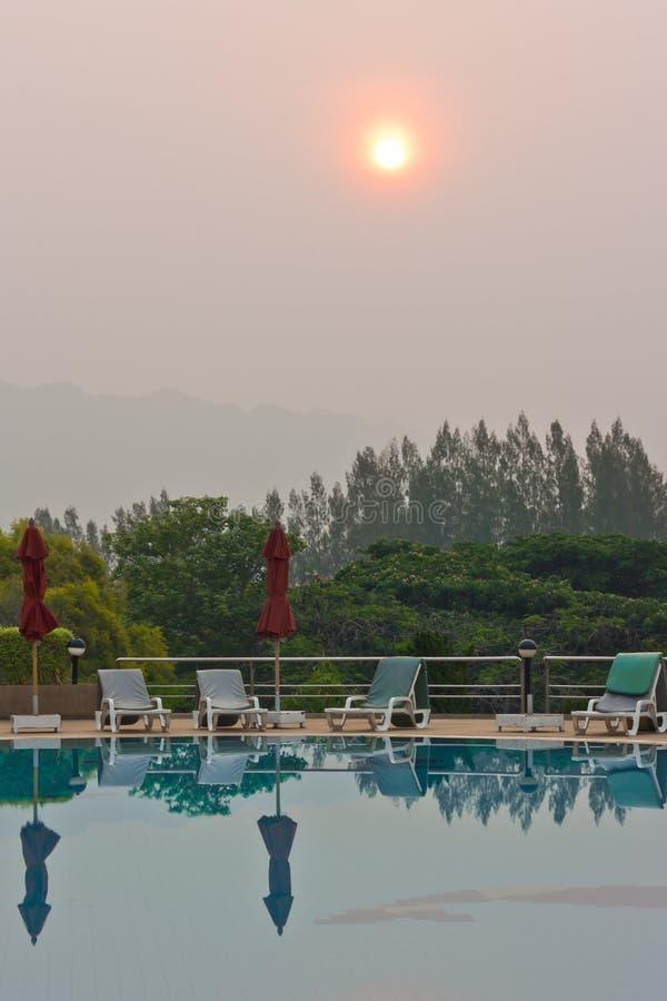 Πισίνα εκτός από τα βουνά στοκ εικόνες