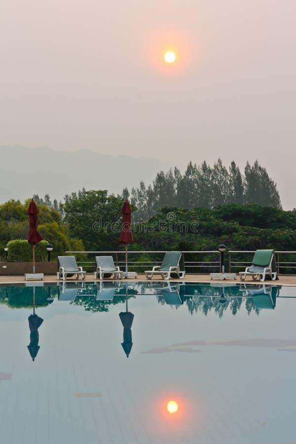 Πισίνα εκτός από τα βουνά στοκ εικόνες με δικαίωμα ελεύθερης χρήσης