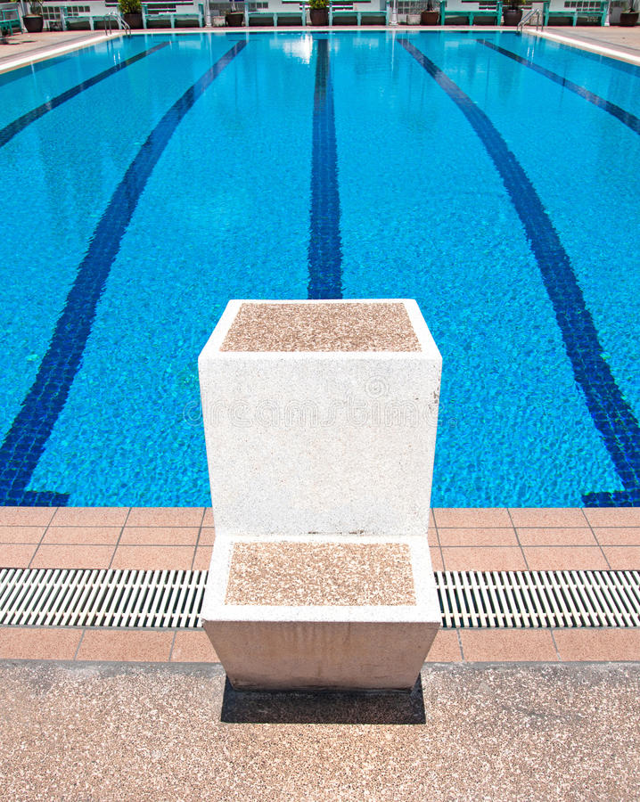Πισίνα και αρχικές θέσεις στο αθλητικό κέντρο στοκ εικόνα