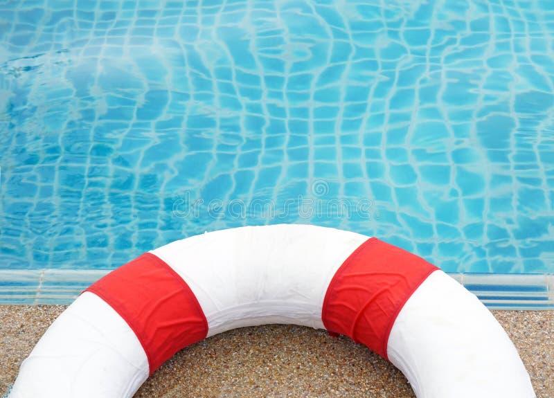 Πισίνα και lifeguard, λίμνη δαχτυλιδιών στοκ εικόνες