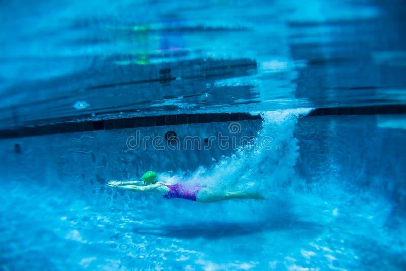 Πισίνα καταδύσεων κοριτσιών υποβρύχια στοκ εικόνες