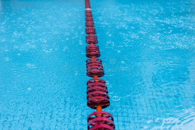 Πισίνα με τα κόκκινα επιπλέοντα σώματα στοκ φωτογραφίες με δικαίωμα ελεύθερης χρήσης