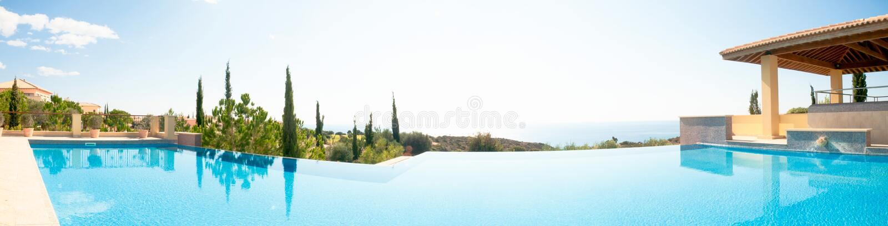 Πισίνα πολυτέλειας. Πανοραμική εικόνα στοκ φωτογραφίες με δικαίωμα ελεύθερης χρήσης