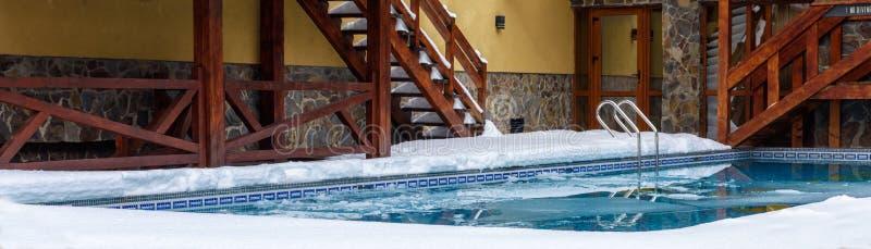Πισίνα που καλύπτεται με το χιόνι κοντά στο εξοχικό σπίτι Migovo Ουκρανία στοκ εικόνες