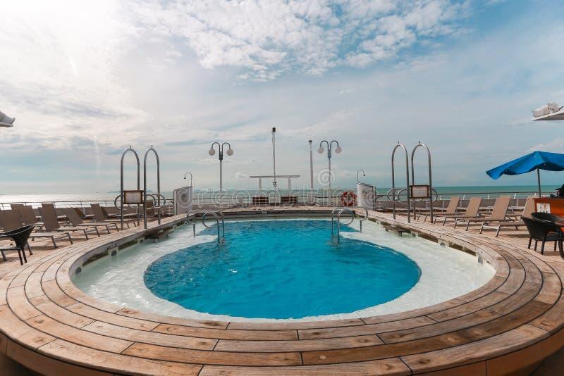 Πισίνα στην κρουαζιέρα στοκ φωτογραφία με δικαίωμα ελεύθερης χρήσης