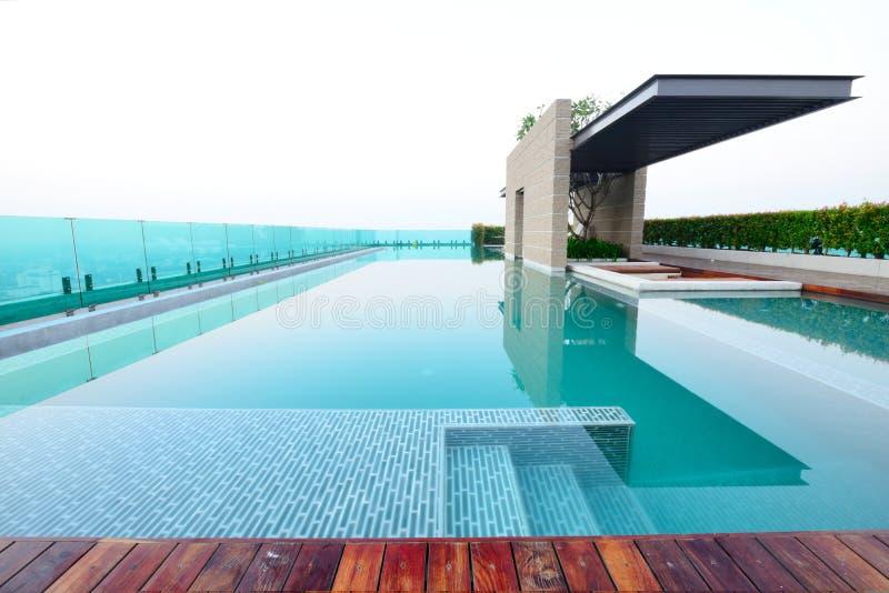 Πισίνα στη στέγη στοκ εικόνα