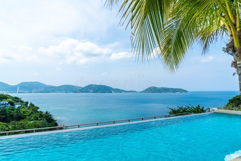 πισίνα στο ξενοδοχείο και θέρετρο με τον ουρανό και τη θάλασσα στοκ εικόνες