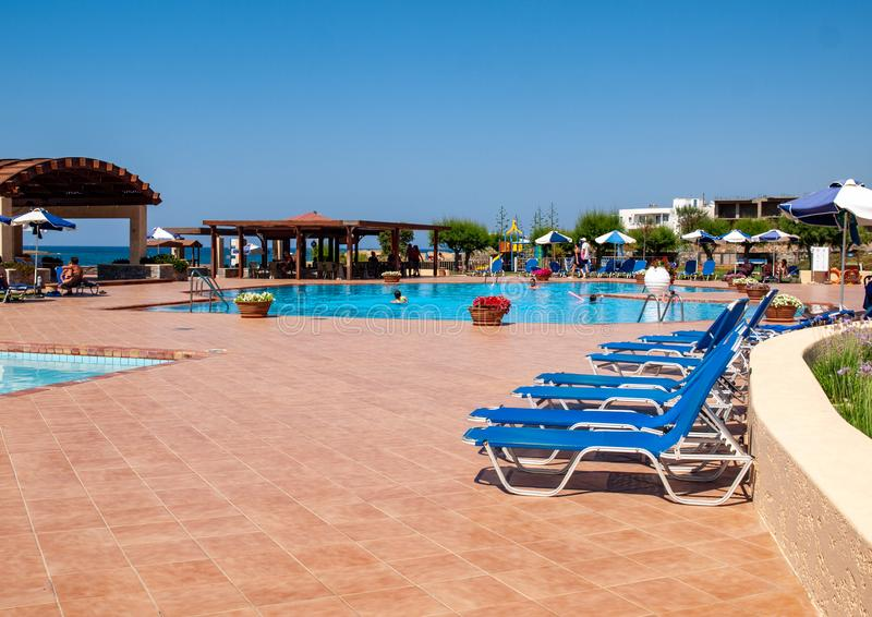Πισίνα στο ξενοδοχείο πολυτελείας στη Malia στην Κρήτη, Ελλάδα στοκ φωτογραφία με δικαίωμα ελεύθερης χρήσης