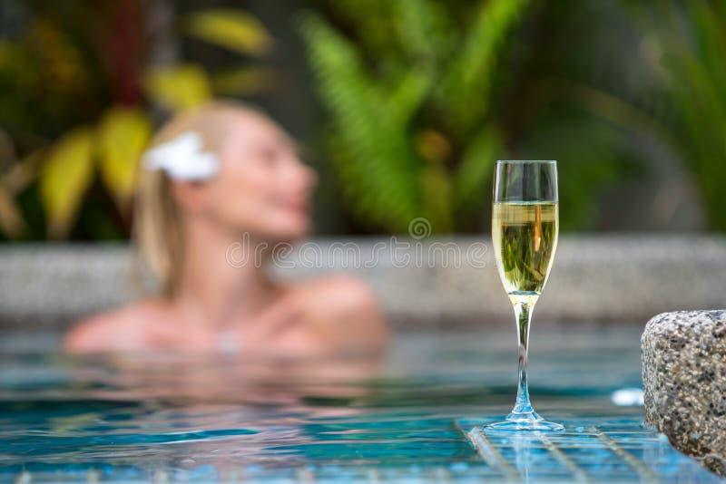 Πισίνα CHAMPAGNE πλησίον σε ένα υπόβαθρο μιας όμορφης γυναίκας στοκ φωτογραφίες