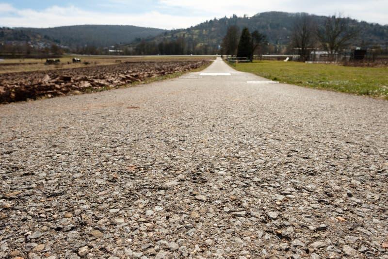 Πισσασφαλτωμένος δρόμος στο τοπίο με το backlight στοκ φωτογραφίες με δικαίωμα ελεύθερης χρήσης