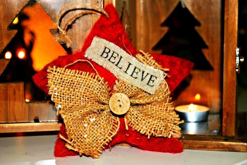 ` Πιστεψτε τη διακόσμηση Χριστουγέννων ` με τα φω'τα τσαγιού & Χριστουγέννων στο υπόβαθρο στοκ φωτογραφίες