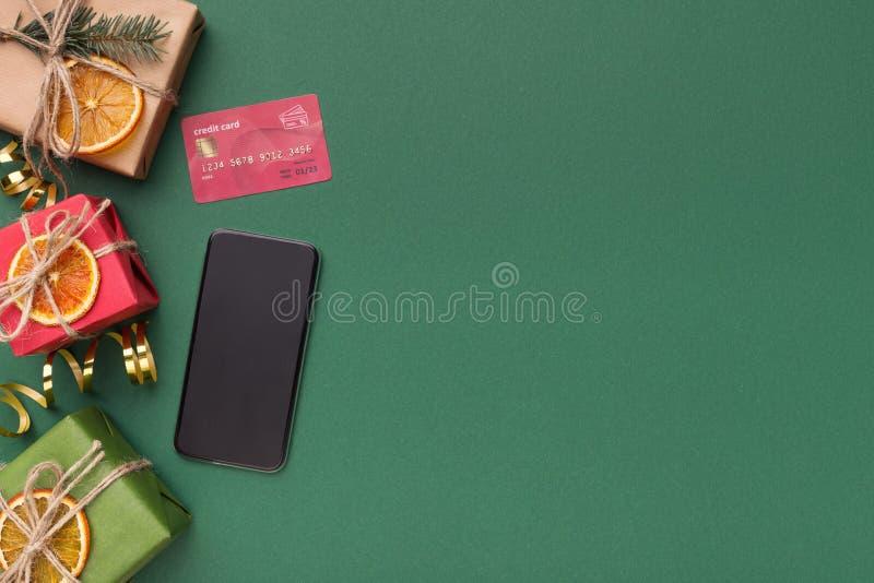 Πιστωτική κάρτα για να πληρώσει για on-line να ψωνίσει στο πράσινο υπόβαθρο στοκ εικόνα