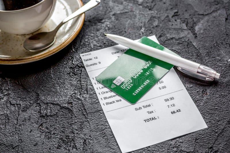 Πιστωτική κάρτα για την πληρωμή, τον καφέ και τον έλεγχο στην πλάτη γραφείων πετρών καφέδων στοκ εικόνες