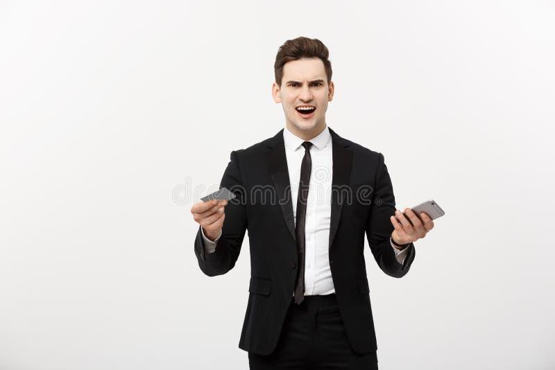 πιστωτική κάρτα εκμετάλλευσης επιχειρηματιών και κινητό τηλέφωνοη Πάρτε τρελλός ψωνίζοντας on-line ή επιχειρησιακό πρόβλημα στοκ φωτογραφία με δικαίωμα ελεύθερης χρήσης