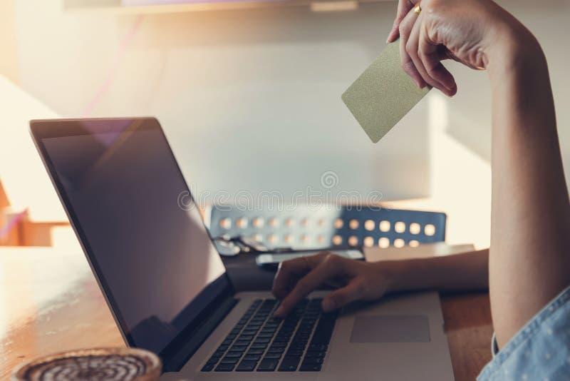 Πιστωτική κάρτα εκμετάλλευσης χεριών γυναικών και χρησιμοποίηση του lap-top στον ιστοχώρο αναζήτησης για on-line να ψωνίσει στοκ φωτογραφίες με δικαίωμα ελεύθερης χρήσης