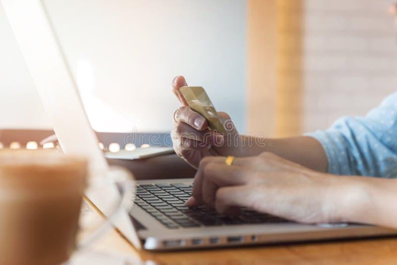 Πιστωτική κάρτα εκμετάλλευσης χεριών γυναικών και χρησιμοποίηση του lap-top στον ιστοχώρο αναζήτησης για on-line να ψωνίσει στοκ φωτογραφία με δικαίωμα ελεύθερης χρήσης