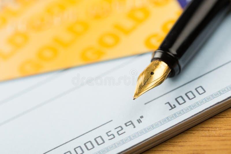 Πιστωτική κάρτα με Chequebook και τη μάνδρα στοκ εικόνα με δικαίωμα ελεύθερης χρήσης