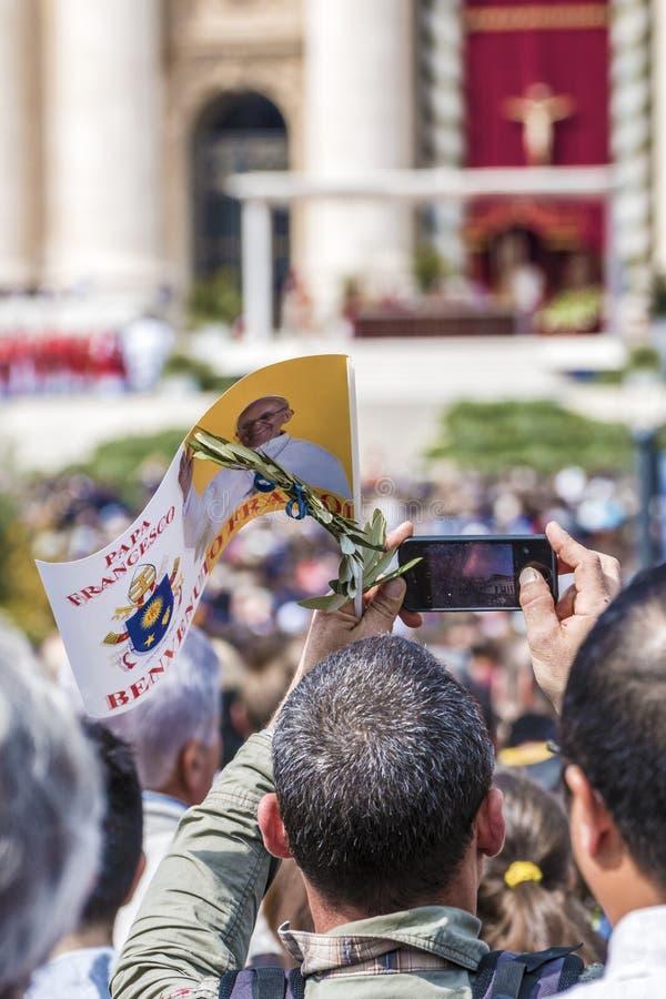 Πιστός με τη σημαία του παπά Francis και ενός κλαδί ελιάς στοκ φωτογραφία με δικαίωμα ελεύθερης χρήσης