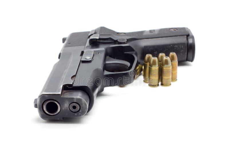 Πιστόλι με τα πυρομαχικά στο άσπρο υπόβαθρο στοκ εικόνα με δικαίωμα ελεύθερης χρήσης