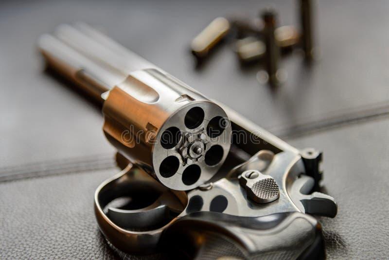 357 πιστόλι περίστροφων Caliber, ανοικτός έτοιμος περίστροφων να βάλει τις σφαίρες στοκ φωτογραφία