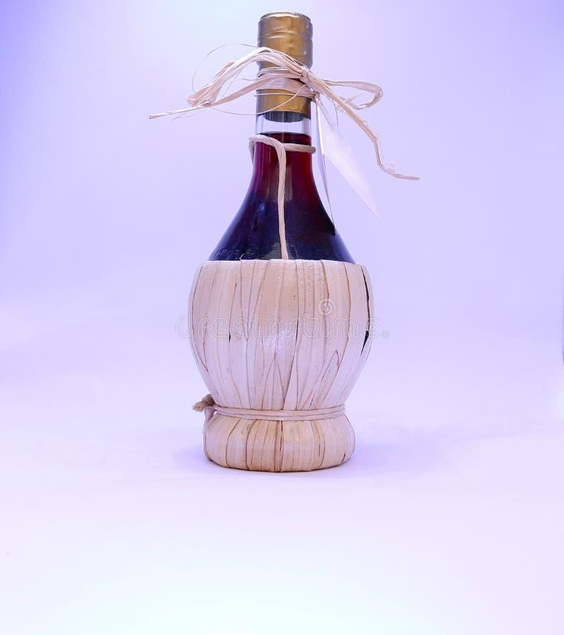 Πιωμένο μπουκάλι ποτό κόκκινου κρασιού στοκ φωτογραφία με δικαίωμα ελεύθερης χρήσης