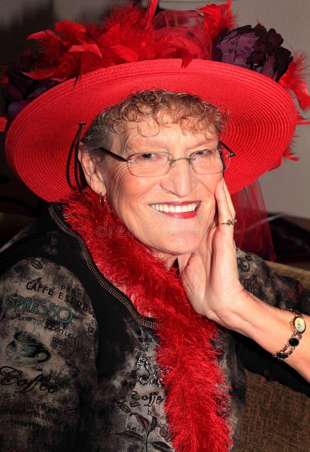 Πιό γηραιή χαμογελώντας κυρία του Red Hat στοκ εικόνα με δικαίωμα ελεύθερης χρήσης