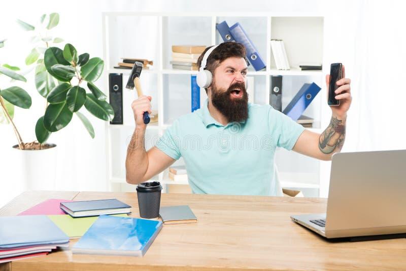 Πιό ενοχλητικό πράγμα για την εργασία στο τηλεφωνικό κέντρο Εισερχόμενη κλήση Ενοχλητική κλήση πελατών Γενειοφόρο γραφείο ακουστι στοκ εικόνες με δικαίωμα ελεύθερης χρήσης