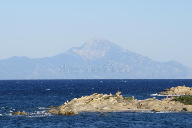 Πιό μπλε θάλασσα πάντα Πορφυρά λουλούδια Vourvourou Ελλάδα στοκ φωτογραφίες με δικαίωμα ελεύθερης χρήσης