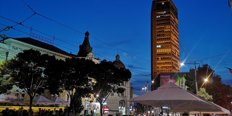 Πιό πλήρης φωτισμός νύχτας οικοδόμησης Βελιγραδι'ου στοκ φωτογραφία