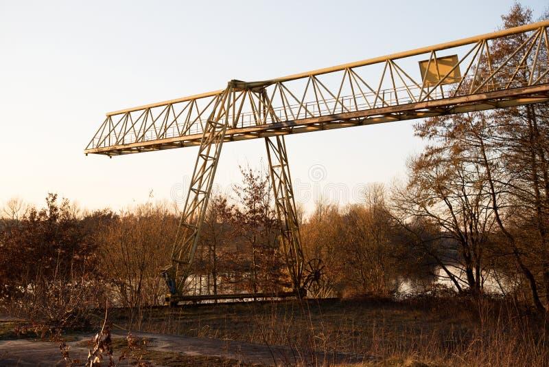Πιό στενή άποψη σχετικά με έναν γερανό σε μια χαμένη θέση στο fresenburg emsland Γερμανία στοκ εικόνες