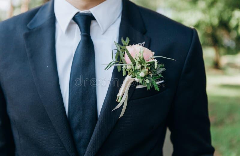 Πιό butanier τσέπη σακακιών λουλουδιών δεσμών κοστουμιών γαμπρών στοκ εικόνες