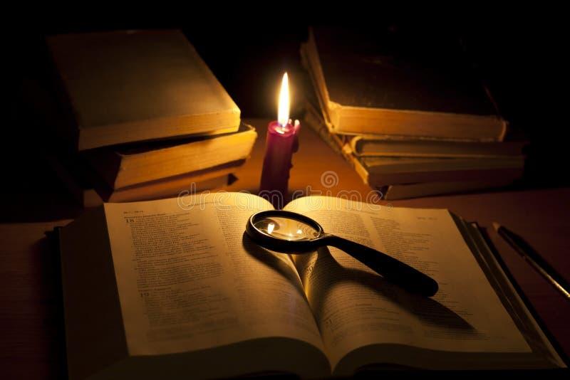 πιό magnifier έρευνα Θεών Βίβλων στοκ φωτογραφία με δικαίωμα ελεύθερης χρήσης
