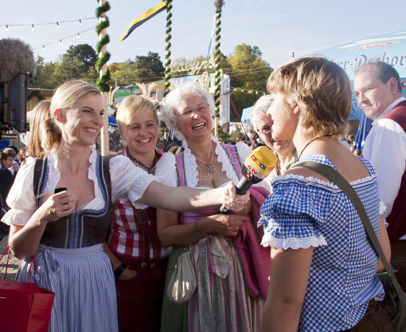 πιό oktoberfest TV ομιλητών του Μόναχου συνεντεύξεων κοριτσιών στοκ εικόνα με δικαίωμα ελεύθερης χρήσης