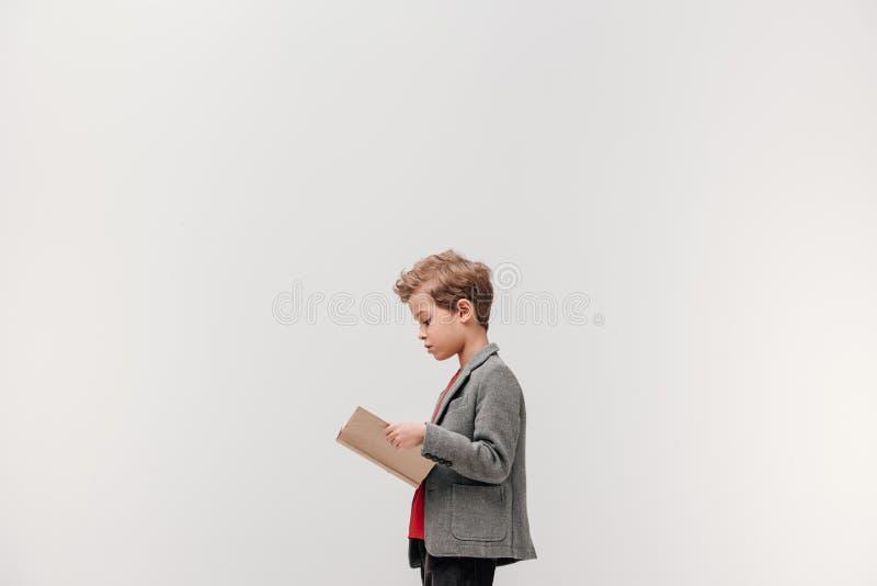 πλάγια όψη μοντέρνου λίγο βιβλίο ανάγνωσης μαθητών στοκ εικόνα