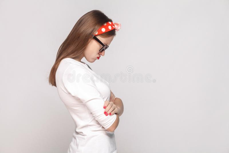 Πλάγια όψη σχεδιαγράμματος της δυστυχισμένης λυπημένης συναισθηματικής νέας γυναίκας στο λευκό στοκ φωτογραφίες