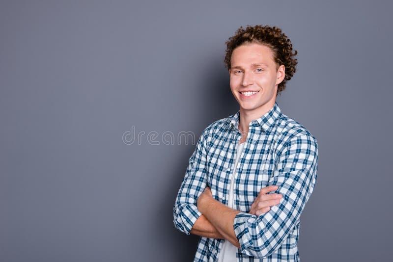 Πλάγια όψη σχεδιαγράμματος του εύθυμου συμπαθητικού ελκυστικού όμορφου νεαρού άνδρα στοκ φωτογραφίες