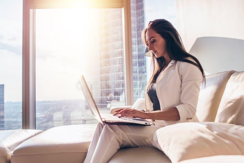 Πλάγια όψη της νέας γυναίκας που εργάζεται στο lap-top στοκ εικόνα με δικαίωμα ελεύθερης χρήσης