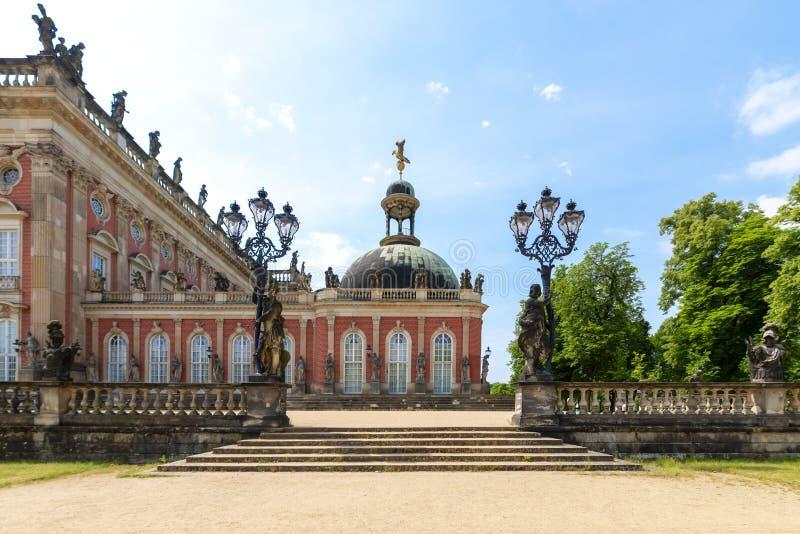 Πλάγια όψη της DAS Neue Palast, στο πάρκο Sanssouci, Πότσνταμ, Γερμανία με τα σκαλοπάτια του ως είσοδο, σφυρηλατημένα φανάρια σιδ στοκ εικόνα με δικαίωμα ελεύθερης χρήσης