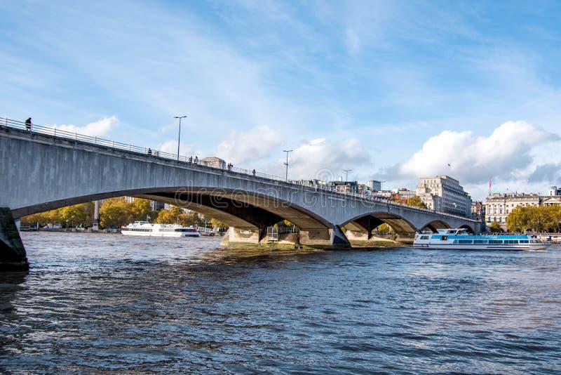Πλάγια όψη τοπίων της γέφυρας του Λονδίνου στον ποταμό Τάμεσης στοκ εικόνα με δικαίωμα ελεύθερης χρήσης