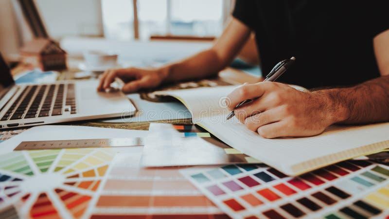 Πλάγια όψη του γραφικού σχεδιαστή που εργάζεται στο πρόγραμμα στοκ εικόνες