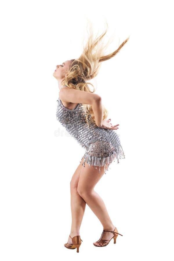 Πλάγια όψη του θηλυκού χορευτή υπόκλισης κάμψεων με τη ρέοντας εκτίναξη τρίχας στο λαμπρό φόρεμα στοκ φωτογραφία με δικαίωμα ελεύθερης χρήσης