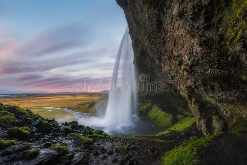 πλάγια όψη του καταρράκτη Seljalandsfoss στην Ισλανδία στοκ εικόνες
