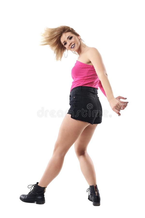 Πλάγια όψη του νέου ξανθού χορού γυναικών μόδας με την εκτίναξη τρίχας στοκ φωτογραφίες με δικαίωμα ελεύθερης χρήσης