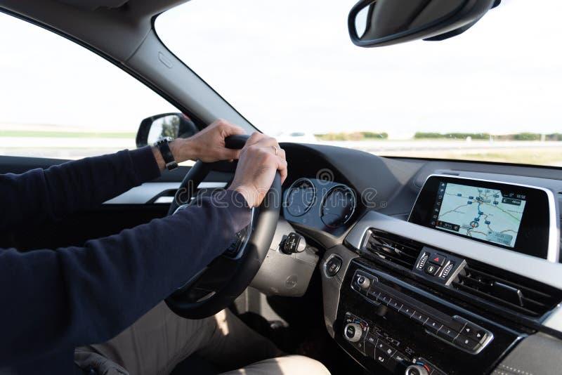 Πλάγια όψη του οδηγώντας αυτοκινήτου ατόμων με το ΠΣΤ ναυσιπλοΐας στοκ εικόνα